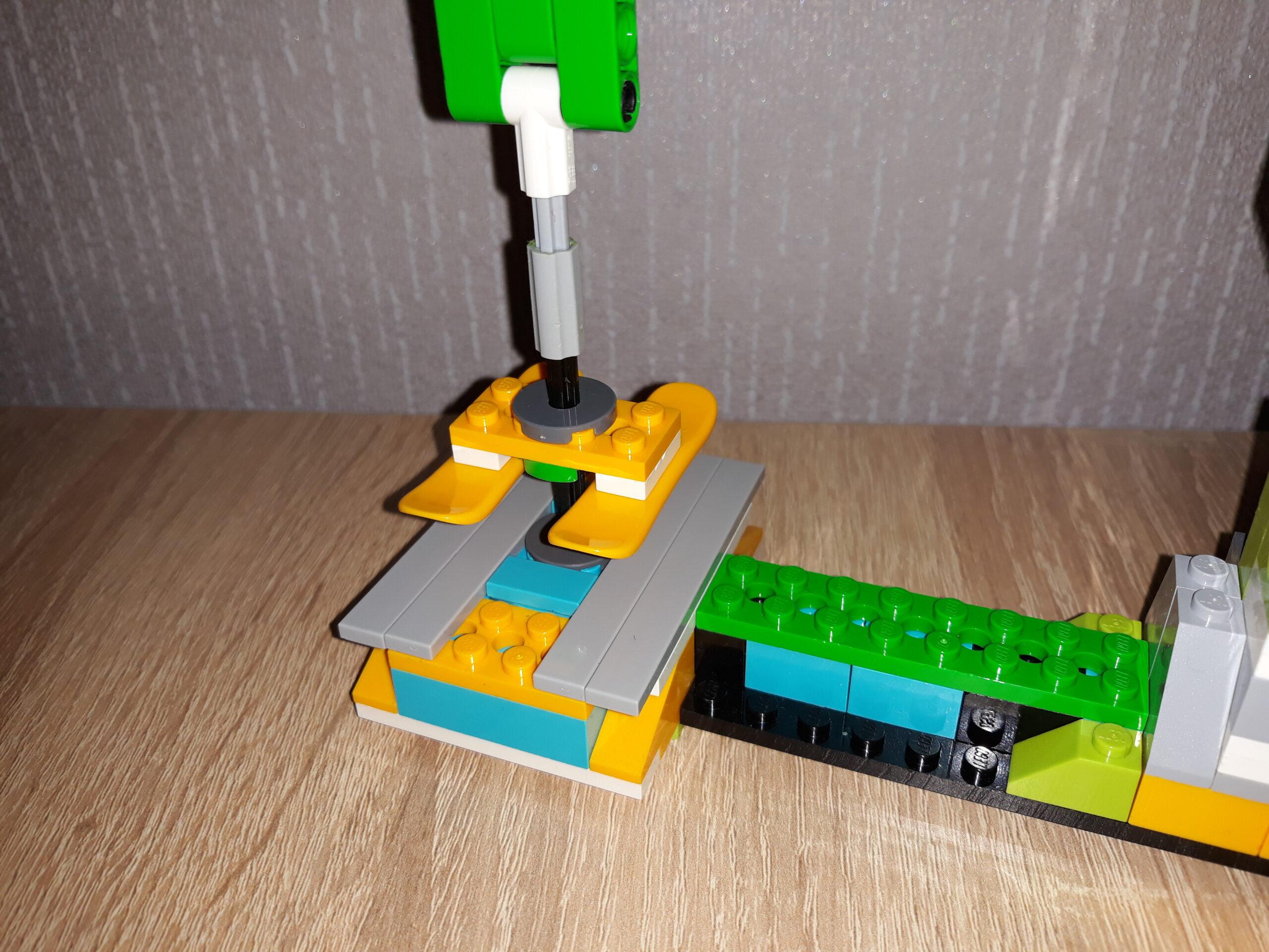 Инструкция по сборке из набора LEGO Education WeDo 2.0 Швейная машинка 3
