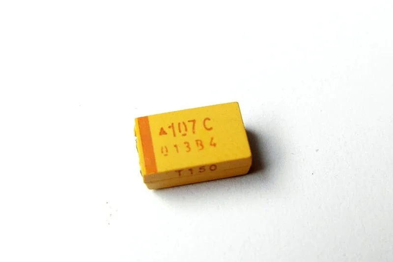 Танталовый конденсатор (вверх)