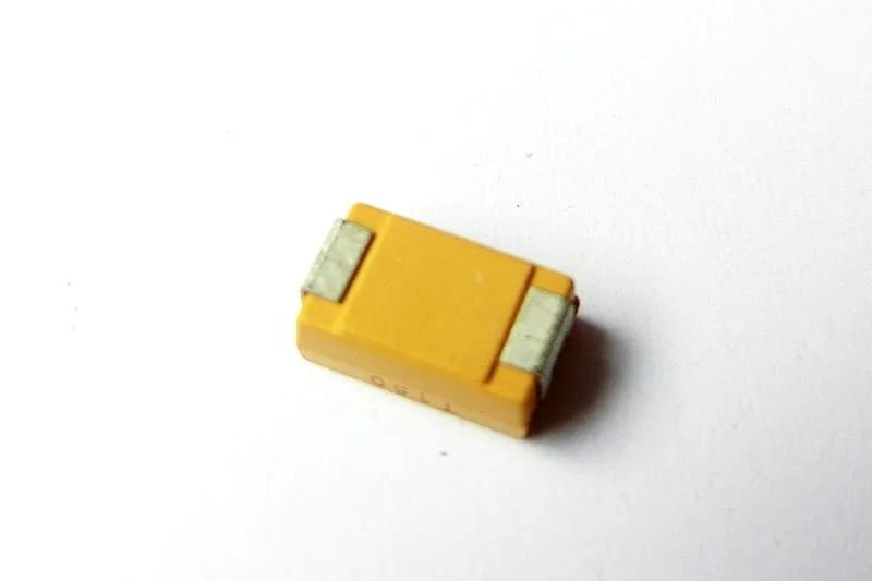 Танталовый конденсатор (внизу)