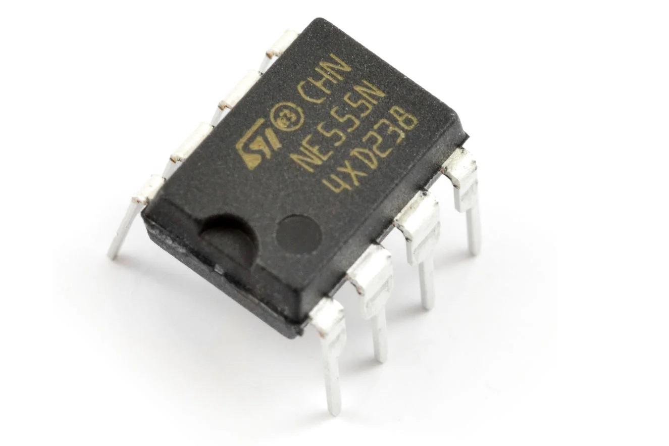 Образец микросхемы NE555